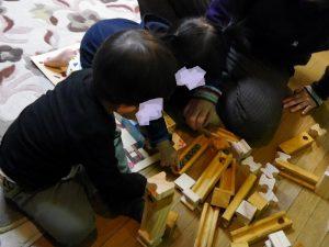 ウッドマーブルビルディングで遊んでいる子供