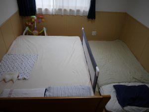 ダブルベッドに子供二人と寝るためのベッドガード